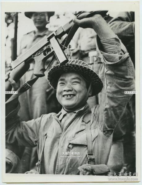 1944年美国史迪威将军训练出的国民党中国远征军士兵,在北缅成功渡河后,满脸笑容的举起他的冲锋枪庆祝老照片