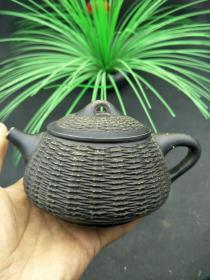 下乡收到老紫砂壶一把,竹编样式,造型奇特,制作精美,多处有款,尺寸见图,收藏实用俱佳。