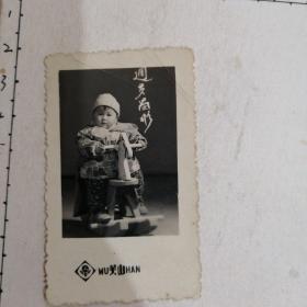 女童周岁骑木马留影