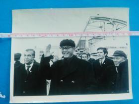 热烈庆祝内蒙古自治区成立十周年(2)代表和贵宾们参观新建的工厂(原版老照片,包老保真 展览用过 说明文字丢失)