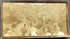民国时期 撑油纸伞的姑娘们 银盐老照片一枚(意境优雅 颇富诗意,应为名家所摄)