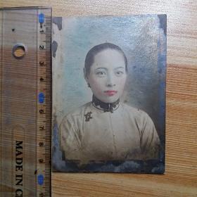 民国9年老照片:天津旗袍美女手工上色彩色照片1张(背面有题字)