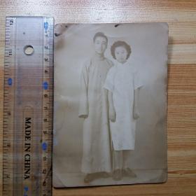 民国老照片:旗袍女子与丈夫合影(较大张)