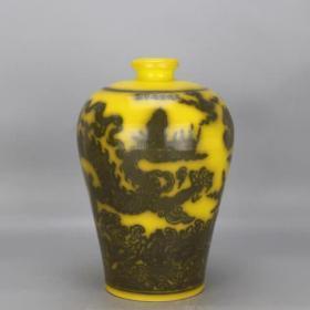 大明黄地墨彩龙纹梅瓶