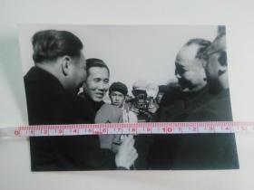 庆祝内蒙古自治区成立十周年 国务院副总理、国家民委主任、自治区主席乌兰夫(右) 在机场与贵宾亲切握手