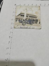 老照片:首都天安门留影(一位在天安门城楼华表前骑摩托车的女青年丶1958.10.大北摄丶尺寸:5.7x5.9cm)见书影及描述