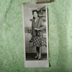 老黑白照片:挎相机的女子