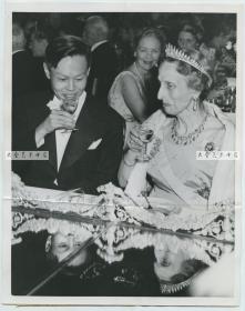 1957年时年35岁的诺贝尔物理学奖得主,杨振宁博士和瑞典王后交谈中举杯畅饮老照片