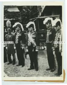 1935年7月伪满洲国第一任外交部总长,首任驻日本大使谢介石,侯立在日本皇宫外,等候天皇接见老照片