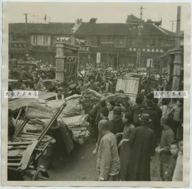民国三十年代淞沪事变时期,大批上海百姓为了躲避日军的进攻,潮水般的涌入租界避难老照片
