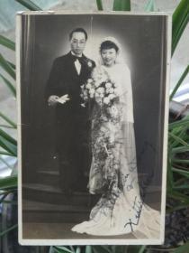 民国,老照片,结婚照片,不大,尺寸如图,正面有英文签赠墨迹,俺不认识英文,查出来名人就是漏,包真包老。