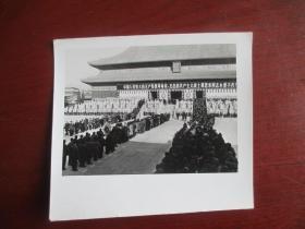 吕相友摄影:吊唁周总理的队伍(品相好 清晰度高)  尺寸:10.3厘米*9.1厘米