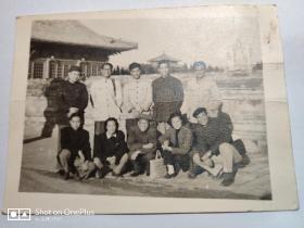老照片:五十年代罗哲文与古建所同仁合影(10×8cm)