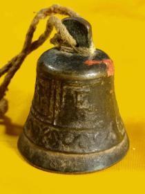 一个万分难得的铜铃铛 ,造型独特带工,马行千里,锤是玉的,铜铃铛镇宅,玉辟邪,寓意深长,保老保真,全部完整无残,收藏使用展览意义大。