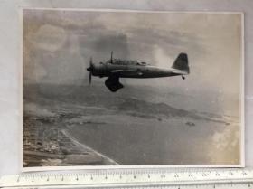 民国抗战时期江面上空的飞机老照片
