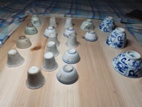 各式茶杯酒杯20个,有青花,白釉,豆青等,大部分有飞皮,磕损,冲线等。