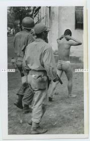 1945年2月二战时期美军在菲律宾马尼拉俘获的几乎全裸的日本兵老照片
