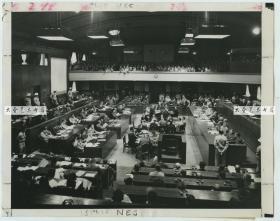 1946年远东国际军事法庭在日本东京对第二次世界大战中日本首要甲级战犯的国际大审判,庭审现场全貌老照片,右侧法官席可见中国代表法官梅汝璈博士