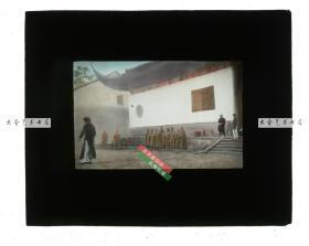清代民国玻璃幻灯片-----民国时期中国卫理公会教堂拍摄清晨中国佛教寺院正门前的法会仪式