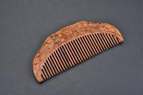 (丙2779)《梳子》一件 金丝檀木 样式精美 尺寸:12.8*5.3*1cm 华夏上古文明时代,由轩辕黄帝的王妃——方雷氏启发于鱼骨而发明创造,最初得名因用木头所制,也称为木梳。