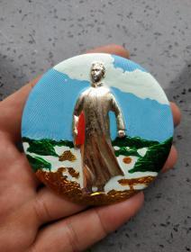 文革时期:毛主席去安源彩色大像章。直径7.5厘米