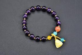 """(丙2694)《紫水晶手串》一个 密蜡等配饰 单颗尺寸:0.84cm,重:16克。手串周长:19cm  紫水晶代表灵性、精神、高层次的爱意,可作对仰慕者的一种定情物、信物。 紫水晶""""一语源自希腊语的诚实,在今天,紫水晶则被视为是""""诚实""""""""纯真的爱情""""的标志。"""