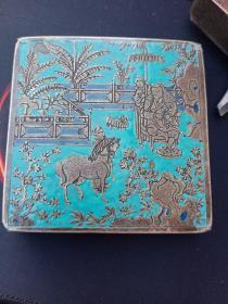 铜墨盒,刻铜墨盒,有颜料的地方都是铜被抠掉的地方,去掉铜以后,又上的颜料,图案繁复,工艺复杂,刻工精湛,小空间,大制作,欣赏价值较高,清代民国荣宝斋出品。景泰蓝墨盒。收的时候盖子是开的,从一位朋友收的,他不小心在运输过程中给摔了,把上面有盖的部分给摔开了,我回来用胶带粘了一下。有小的掉釉的现象。