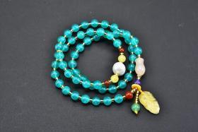 (丙2749)《亚马逊天河石饰品》手串一个  蜜蜡叶子等配饰 总重量:27.37g 手串有松紧 。手串周长:48cm。单颗直径:0.64cm.天河石是信心的宝石。西洋神秘传说,又绿又蓝的天河石,带有幸运、投机、化险为夷的能量。