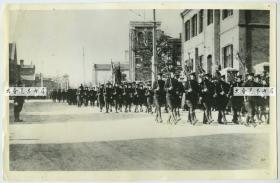 """1939年美国第十五步兵队在天津街头列队行进老照片,当时的天津被认为是世界上最危险的地方,大背景是""""程锡庚事件""""后日军封锁英法租界造成的紧张局势。27.9X18厘米"""