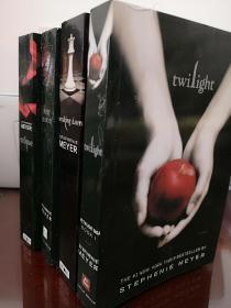 Twilight暮光之城英文版全套四本,①《月食》受潮后自然干燥,翻越起来不是很流畅,多翻几次会缓解。②《破晓》封面右下角少一块,如图。③《暮色》侧面切割不整齐,如图。瑕疵如图,介意勿拍,包邮,只有一套。