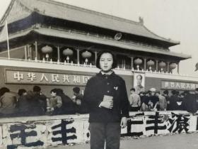 文革期间女红卫兵在北京天安门老照片(时代特色明显)