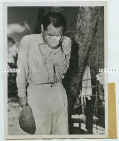 1945年8月20日二战太平洋战场,关岛,当驻守日军听到天皇宣布投降的消息后,痛苦的留下的眼泪,1945年老照片