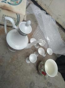 小酒壶,酒杯五个,茶杯一个,包装盒损坏