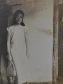 民国旗袍美女挎包照片