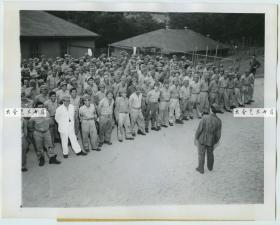 1945年8月16日,日本宣布投降的第二天,关押在美国加利福尼亚天使岛上的日本战俘合影老照片,当听说天皇宣布投降的时候,集体露出了快乐的笑容