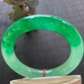 翡翠手镯,内径6.5厘米,宽11.9厘米