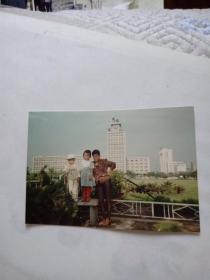 彩色照片【1女和2个孩子在广场草地旁