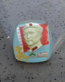 文革时期:有机玻璃毛主席八角帽梅彩色夜明像章。品相保存完好