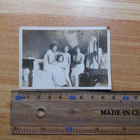 民国1938年:4个旗袍女子在汉口大华饭店内合影