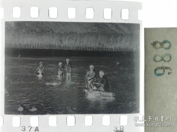 纪实摄影底片1张 美女在水中嬉戏