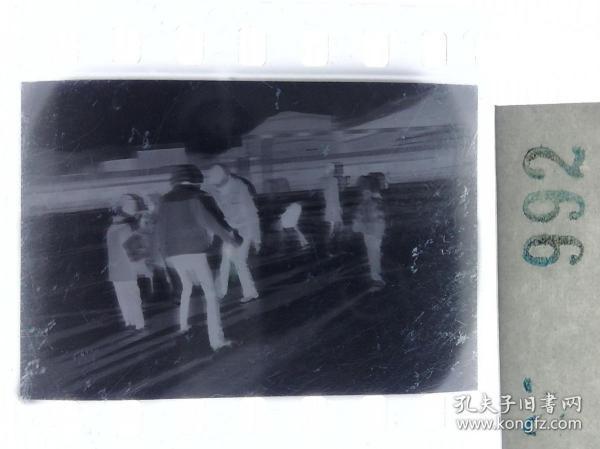 纪实摄影底片1张 童趣 滑冰刀、冰车、冰滑梯系列17 凌乱的人群