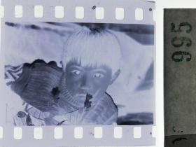 纪实摄影底片1张 童趣 孩子与花2