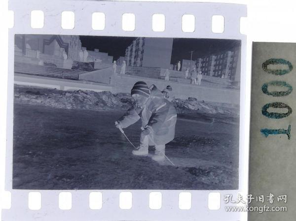 纪实摄影底片1张 童趣 滑冰刀、冰车、冰滑梯系列25 自己划