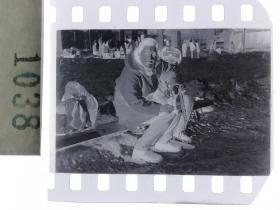 纪实摄影底片1张 童趣 滑冰刀、冰车、冰滑梯系列63 妈妈换鞋
