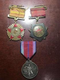 一组少见的抗美援朝纪念章,有一枚少见的三等功银质纪念章,保老保真,收藏佳品,懂得询价
