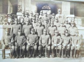 河北省山海关事变时天津驻屯军系统的秦榆守备队队长落合正次郎部队合照,外附硫酸纸上面附字