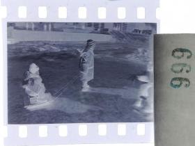 纪实摄影底片1张 童趣 滑冰刀、冰车、冰滑梯系列24 拉冰车