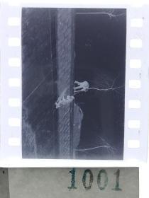 纪实摄影底片1张 童趣 滑冰刀、冰车、冰滑梯系列26 太滑了拉一把