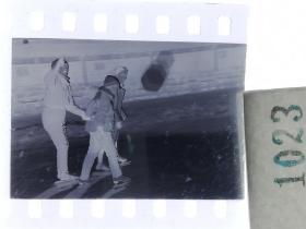 纪实摄影底片1张 童趣 滑冰刀、冰车、冰爬犁、冰滑梯系列48