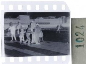 纪实摄影底片1张 童趣 滑冰刀、冰车、冰爬犁、冰滑梯系列49